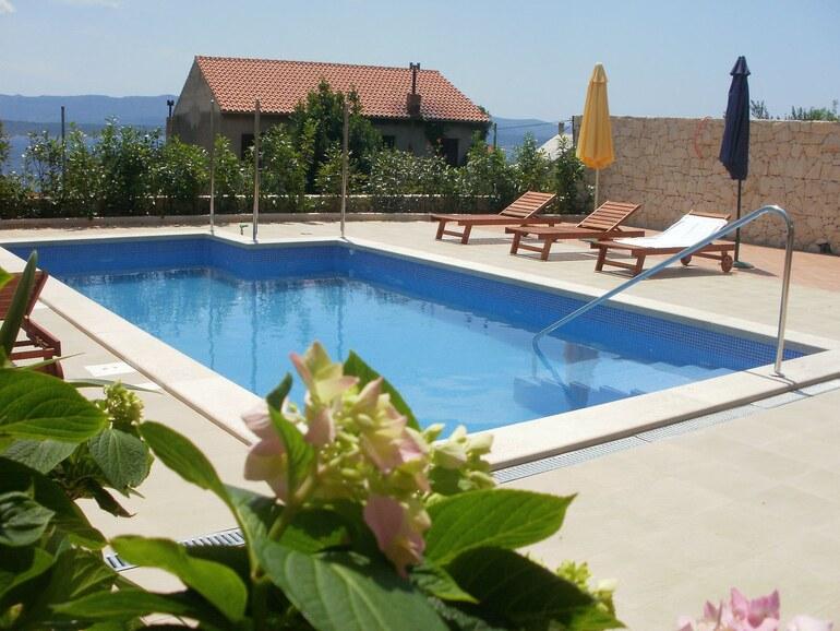 Pool apartment sandra 5 bol santo for Pool apartments