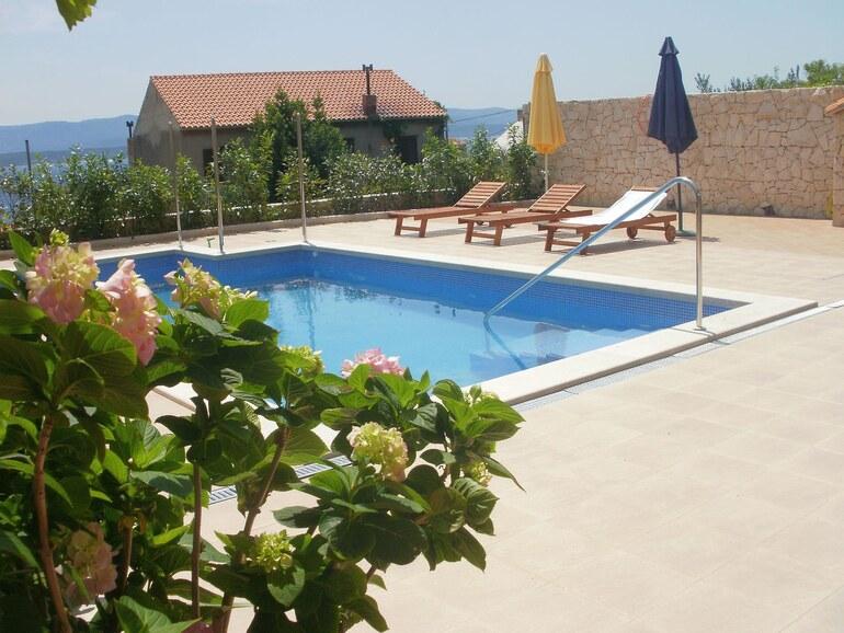 Pool apartment sandra 9 bol croatia santo for Pool apartments