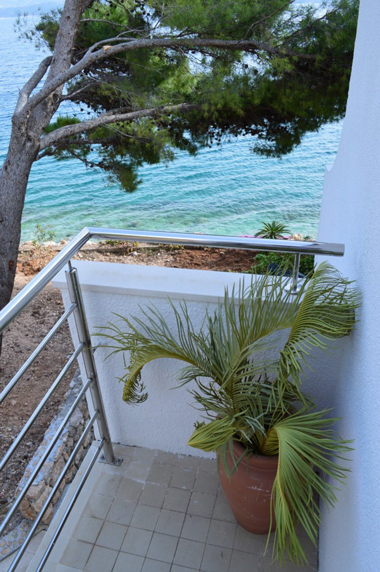 Beach house mira omis riviera croatia for Riviera house