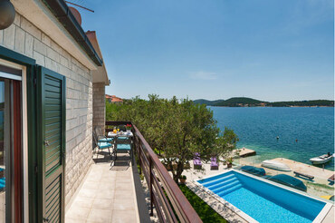 Croatian seafront Villa rent  (1)